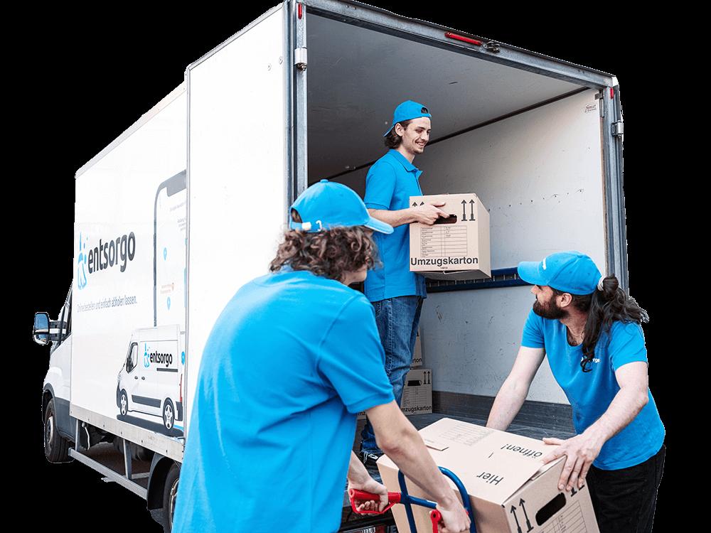 Das Bild zeigt 3 Mitarbeiter von entsorgo bei einer Betriebsauflösung, während sie Kartons in einen LWK laden.
