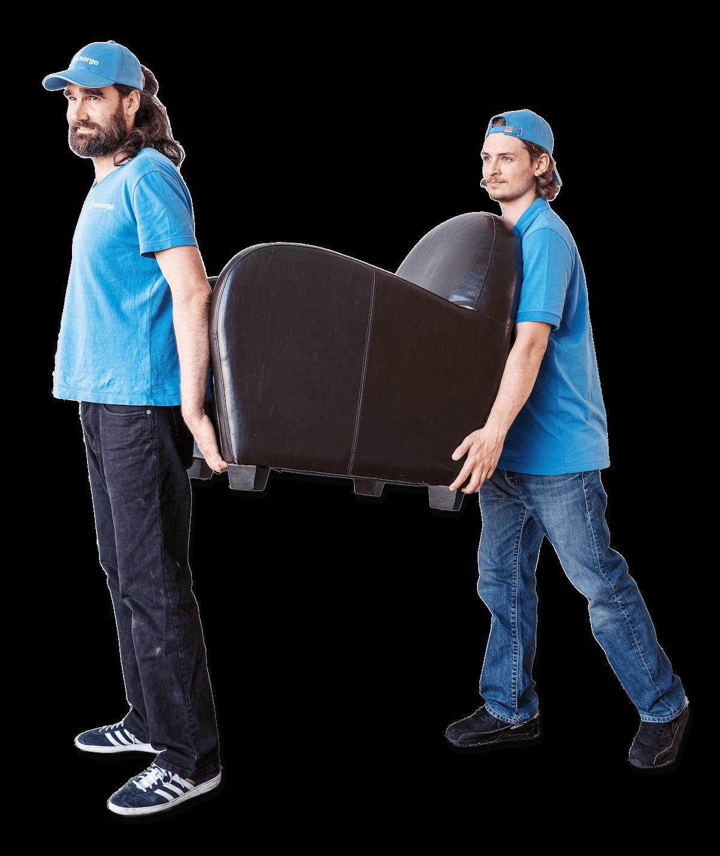 Dieses Bild beschreibt 2 Männer von entsorgo, die einen Sessel bei einer Entrümpelung tragen.