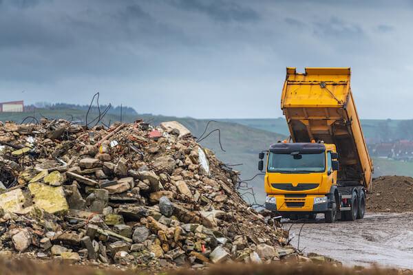 Dieses Bild zeigt einen Müllkipper und dient der Verdeutlichung des Themas 'Entsorgung in Berlin'.