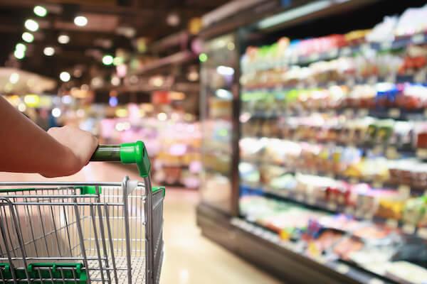 Dieses Bild zeigt einen Einkaufswagen, der durch einen Supermarkt geschoben wird, es dient der thematischen Unterstreichung des Beitragsthemas 'Entsorgung für den Groß- und Einzelhandel in Berlin'.