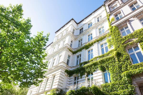 Dieses Bild zeigt einen Berliner Altbau von außen und dient der Verdeutlichung des Themas 'Entsorgungsservice für Wohnungsbaugesellschaften und Hausverwaltungen'.